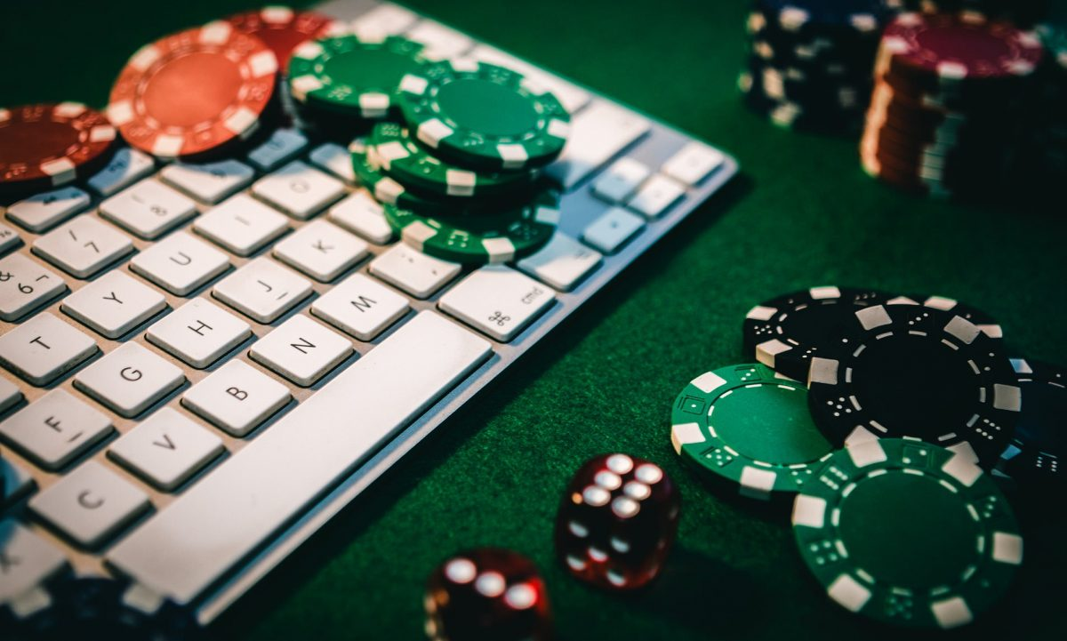 Online vs. Live Poker: 5 Reasons Why Online Wins!
